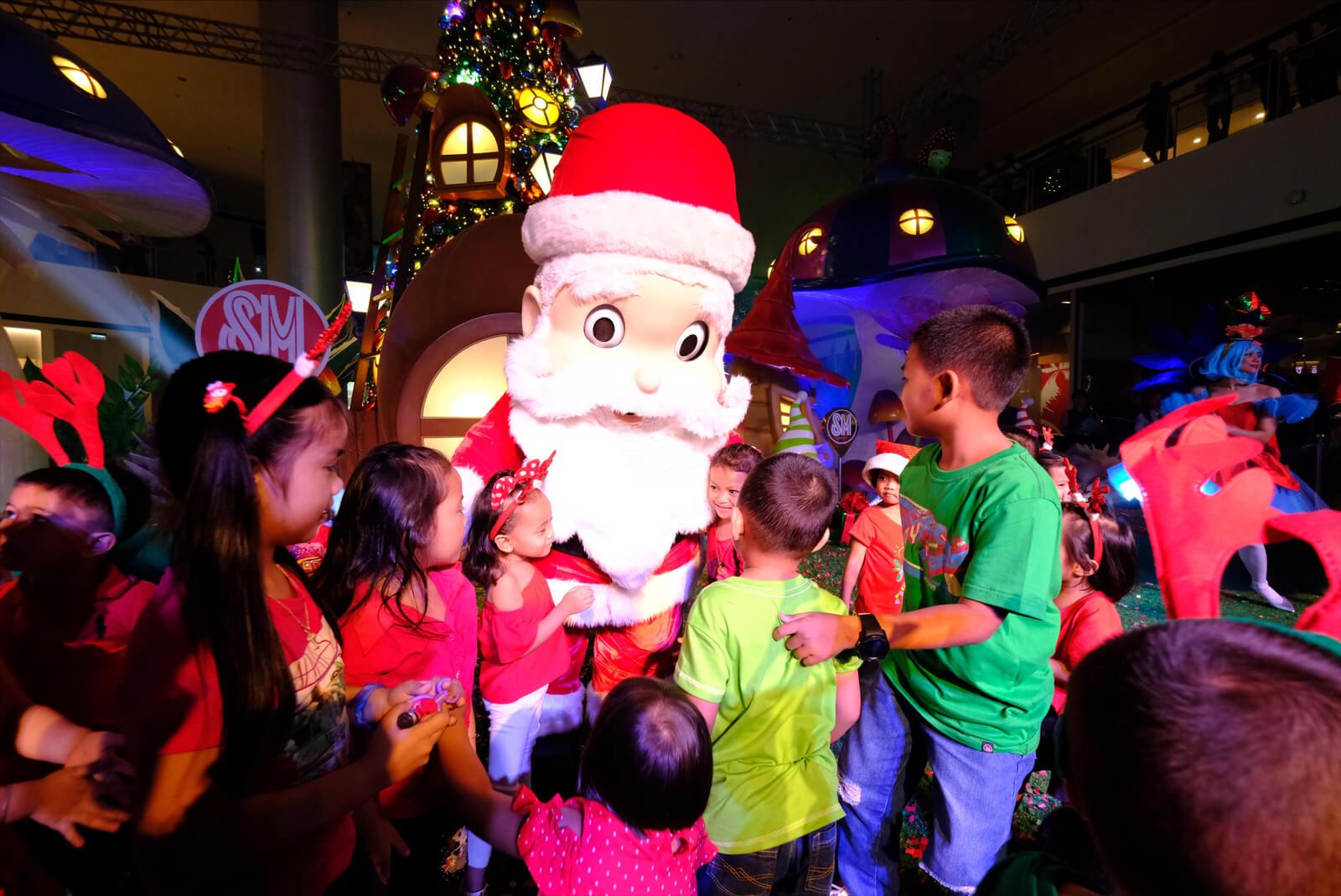 ノームと妖精 SMシティ・ダバオの魅惑的なクリスマス